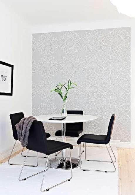 59. Decoração clean para sala branca com cadeiras para mesa de jantar preta – Foto: Pinterest