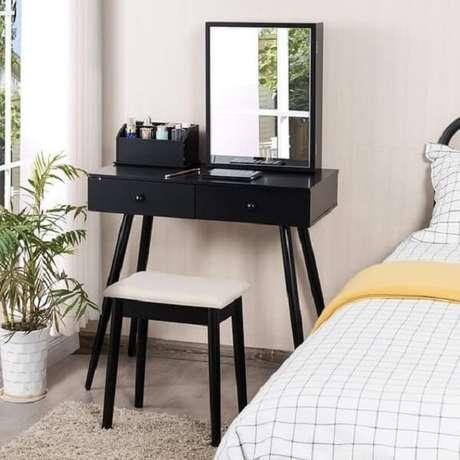 13. A penteadeira pequena preta é perfeita para dormitórios com espaços reduzidos. Fonte: Pinterest