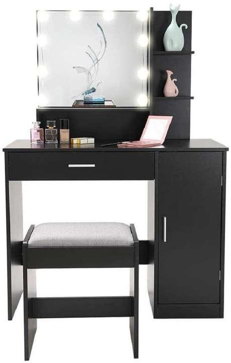 30. Modelo moderno de penteadeira preta com led. Fonte: Pinterest