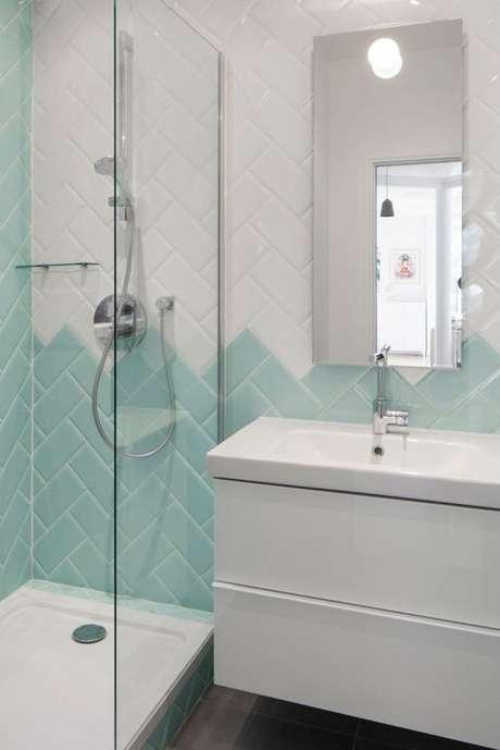 15. Banheiro com revestimento verde e branco formato geométrico – Foto Design Milk
