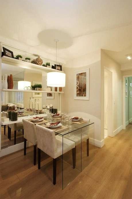 32. Decoração em cores claras com cadeiras estofadas para mesa de jantar de vidro – Foto: Pinterest