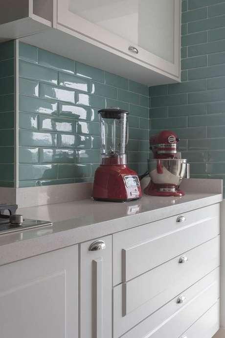 41. Revestimento verde água para cozinha com detalhes em vermelho – Foto Marina Carvalho Arrquiteutra
