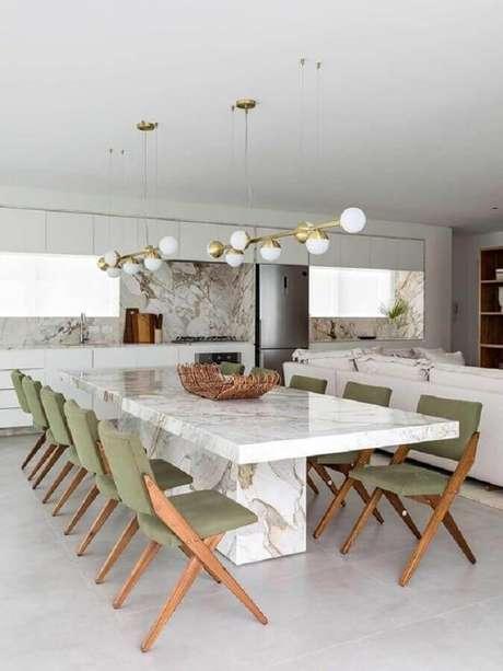 80. Modelos de cadeiras para mesa de jantar moderna decorada com luminária pendente dourada – Foto: Casa de Valentina
