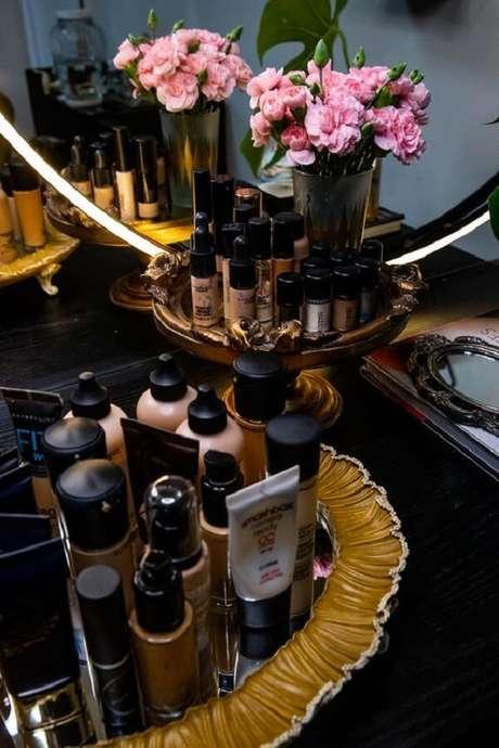 33. Organize suas maquiagens com bandejas sobre a penteadeira preta. Fonte: Pinterest