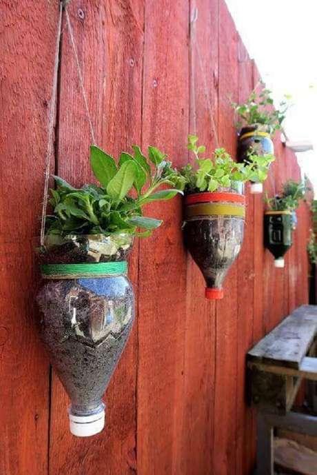 13. Você pode utilizar ambos os lados da garrafa para criar o seu jardim suspenso. Fonte: Pinterest