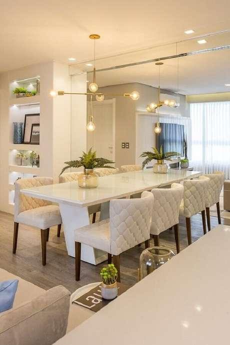 47. Sala de jantar sofisticada decorada em cores claras com cadeiras estofadas para mesa de jantar – Foto: Juliana Agner Arquitetura