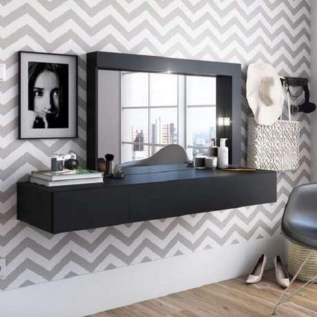 15. A penteadeira suspensa preta se destaca do papel de parede. Fonte: Madeira Madeira
