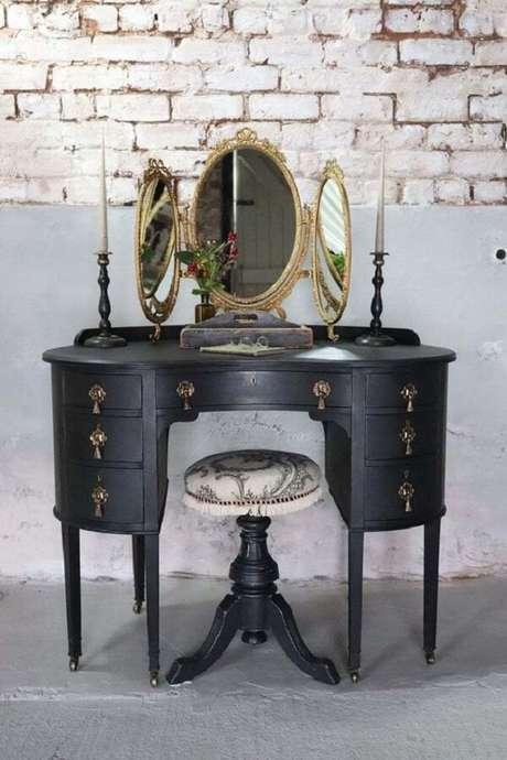 44. Penteadeira preta vintage com espelho dourado. Fonte: Pinterest