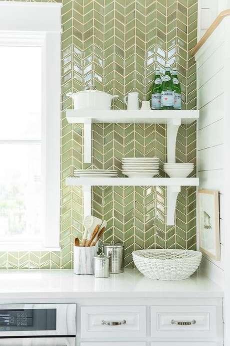 57. Revestimento verde para cozinha branca e moderna – Foto Decorpad