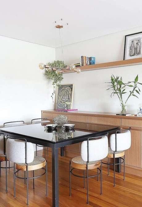 50. Decoração com modelos diferentes e modernos de cadeiras para mesa de jantar – Foto: Pinterest