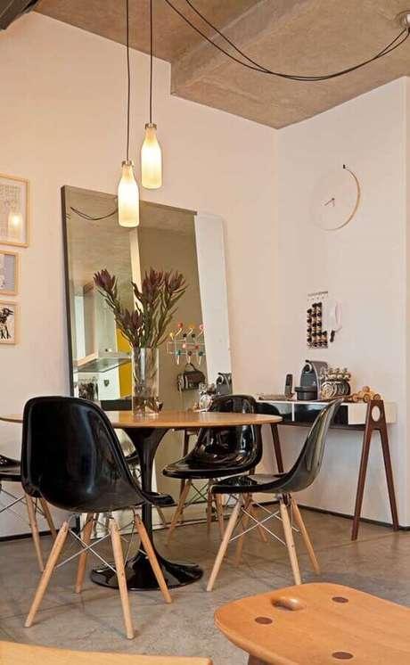 45. Decoração de sala com espelho de chão e cadeiras para mesa de jantar preta – Foto: Andreas Móveis