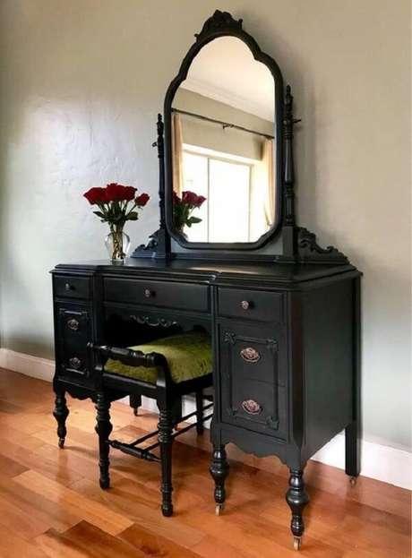 19. Banco ou cadeira para penteadeira preta: avalie qual peça melhor se encaixa no seu projeto. Fonte: Etsy