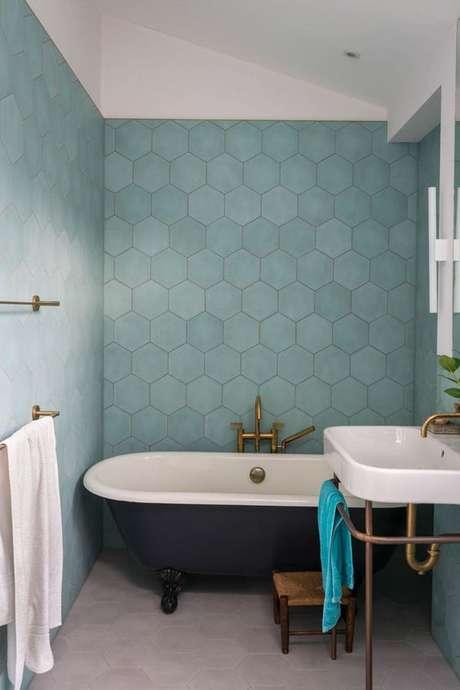40. Revestimento verde água no banheiro pequeno com banheira – Foto Michelle Kelly Style
