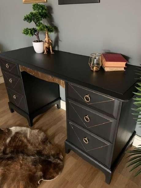 11. A escrivaninha penteadeira preta é uma peça coringa para se ter no quarto. Fonte: Pinterest