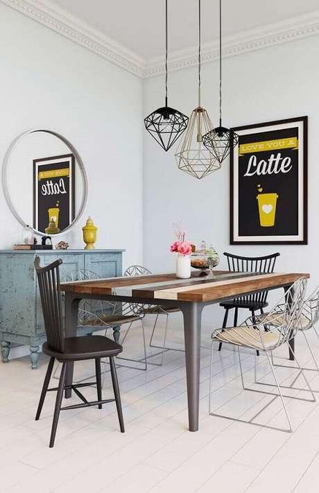 43. Decoração de sala simples com cadeiras diferentes para mesa de jantar – Foto: Pinterest