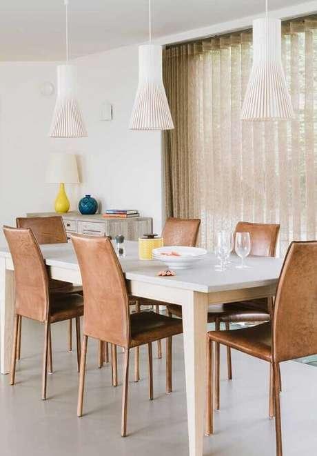 53. Sala branca decorada com conjunto de cadeiras para mesa de jantar – Foto: Pinterest