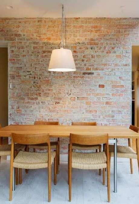 10. Decoração rústica com parede de tijolinho e cadeiras de madeira para mesa de jantar – Foto: Pinterest