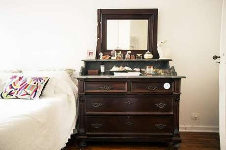 38. Penteadeira preta com espelho com design retrô. Fonte: Casa Aberta