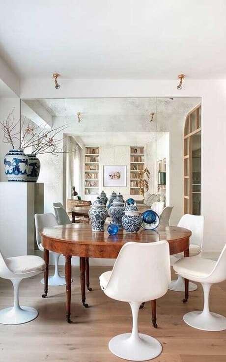 5. Decoração com cadeira branca para mesa de jantar redonda de madeira – Foto: Pinterest