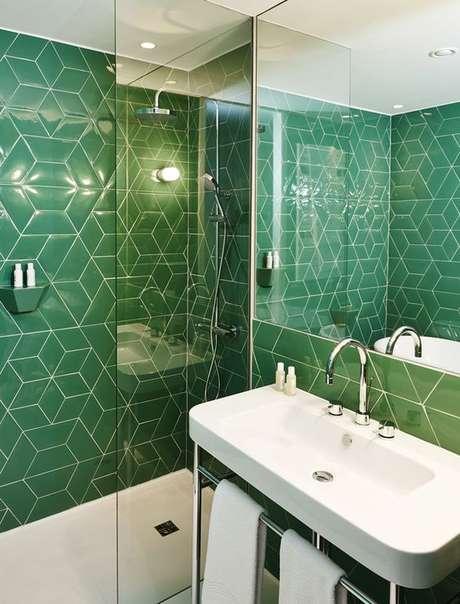 55. Revestimento verde para banheiro moderno e pequeno – Foto Pinterest