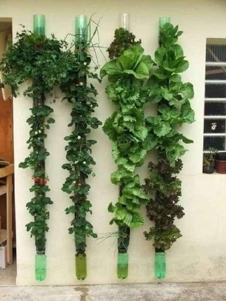 3. Fachada de casa decorada com horta vertical com garrafa pet. Fonte: Artesanato Brasil
