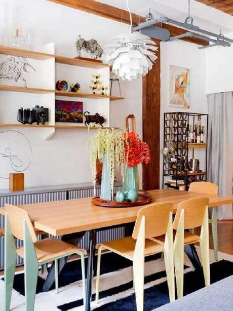 68. Decoração simples para sala com cadeiras de madeira para mesa de jantar – Foto: Pinterest