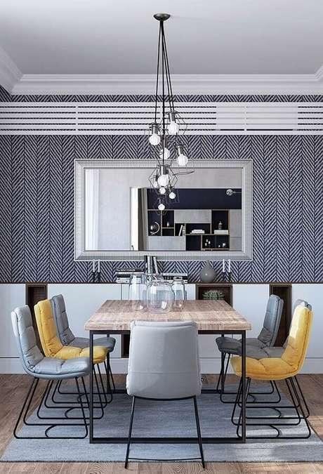 82. Sala cinza decorada com cadeiras estofadas para mesa de jantar de madeira – Foto: Ideias Decor