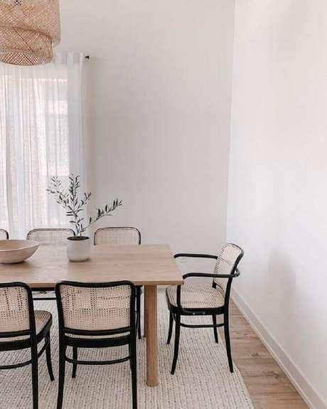 51. Sala branca decorada com cadeiras para mesa de jantar de madeira e lustre rústico – Foto: Jeito de Casa