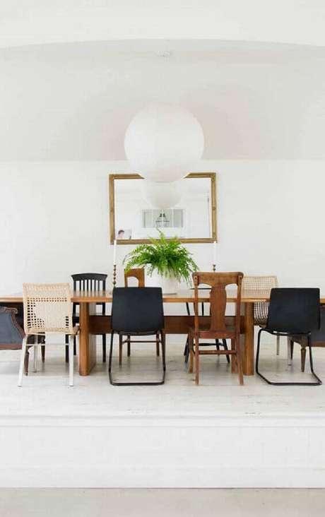 60. Sala decorada com diferentes modelos de cadeiras para mesa de jantar – Foto: Pinterest