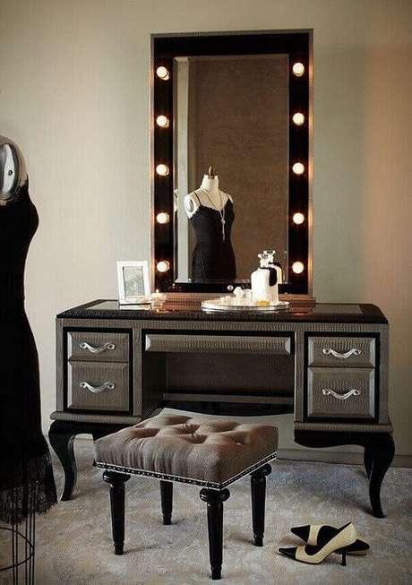 26. Modelo de penteadeira camarim preta para quarto feminino. Fonte: Pinterest