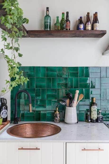 1. Revestimento verde e branco na cozinha moderna – Foto Domino