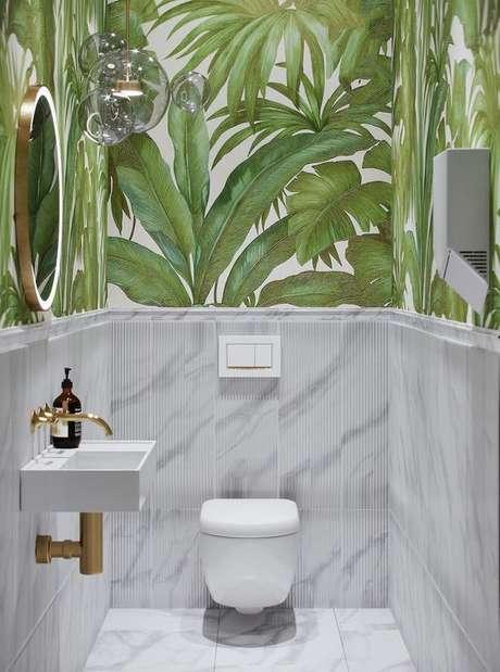 14. Banheiro com revestimento verde de folhas – Foto BlogLivin
