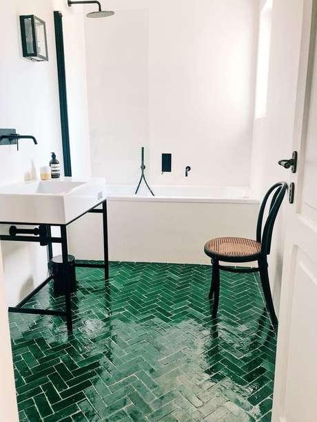 60. Revestimento verde para piso de banheiro branco – Foto TendTudo