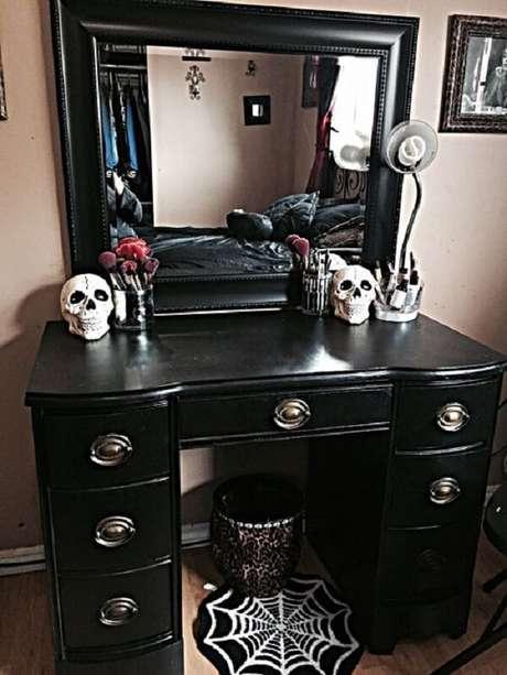 27. Modelo de penteadeira preta com espelho. Fonte: Pinterest
