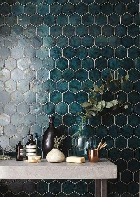 48. Revestimento verde hexagonal em tons escuros – Foto Casa Vogue