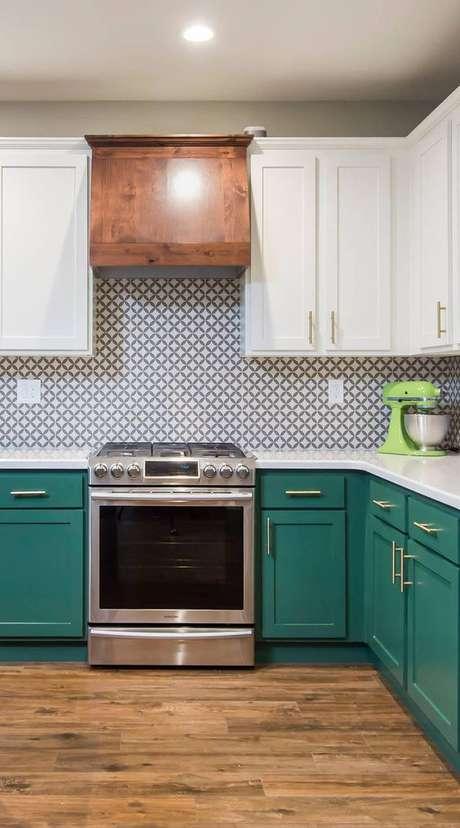20. Cozinha com armários verdes e revestimento branco e verde – Foto Backsplash