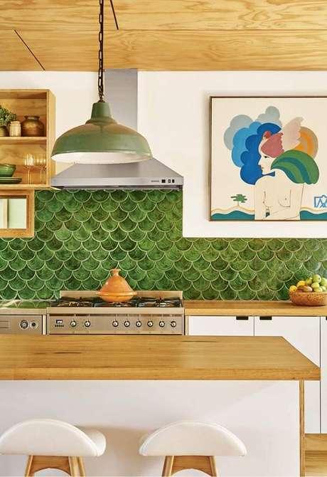 6. Cozinha americana moderna com revestimento verde – Foto Homes to Love