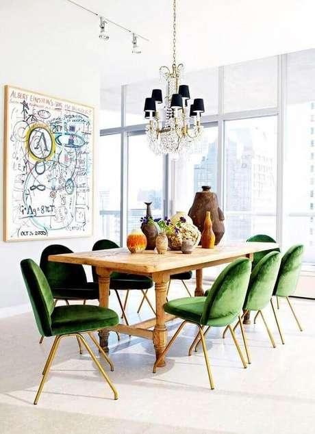 14. Decoração clean para sala branca com cadeiras verdes estofadas para mesa de jantar de madeira – Foto: Archidea