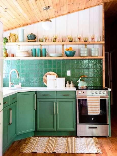 2. Cozinha com revestimento verde e armários Foto Pinterest