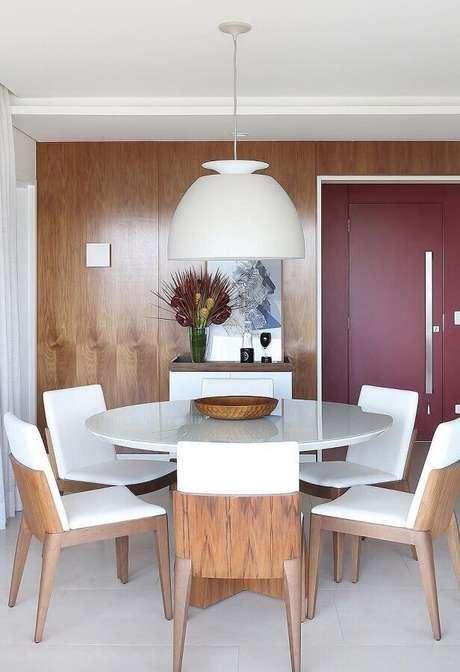 66. Decoração de sala com cadeiras para mesa de jantar redonda branca – Foto: Pinterest
