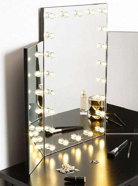 6. Penteadeira camarim preta com espelho apoiado sobre a bancada. Fonte: Pinterest