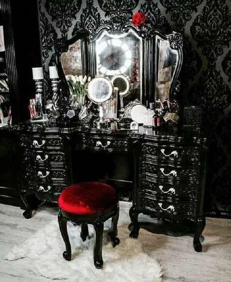 45. Penteadeira preta vintage traz estilo e personalidade para a decoração. Fonte: Pinterest