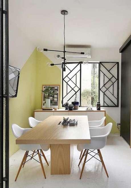 73. Sala decorada com luminária moderna e cadeira branca para mesa de jantar de madeira – Foto: Apartment Therapy