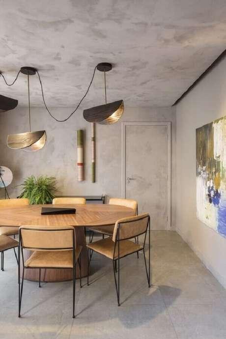 11. Decoração industrial para sala com parede de cimento queimado e cadeira de ferro para mesa de jantar – Foto: Archdaily