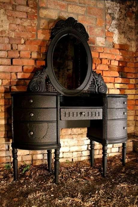 37. Penteadeira preta com acabamento arredondado clássico. Fonte: Pinterest