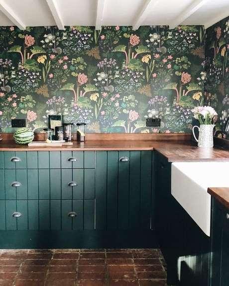 24. Cozinha com revestimento verde floral – Foto Hunker