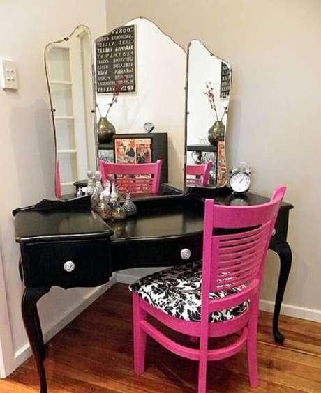 3. A cadeira rosa quebra a sobriedade da penteadeira preta com espelho. Fonte: Pinterest