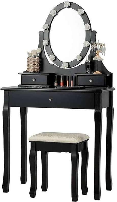 36. Penteadeira pequena preta com design clássico. Fonte: Pinterest