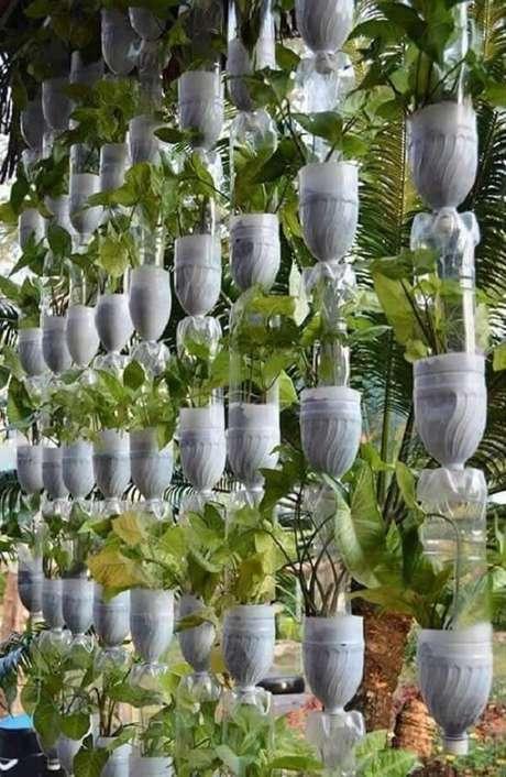 10. Aproveite a varanda ou terraço e monte uma horta vertical com garrafa pet. Fonte: Pinterest