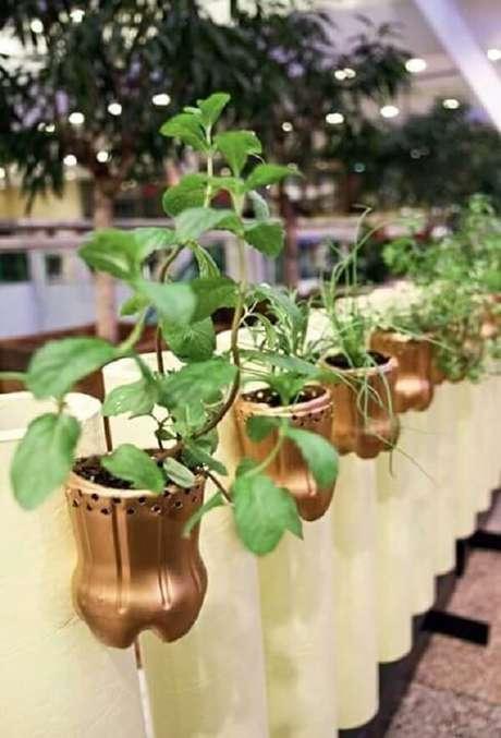 2. A horta com garrafa PET pode ser apoiada na cerca do imóvel formando um pequeno jardim. Fonte: Pinterest